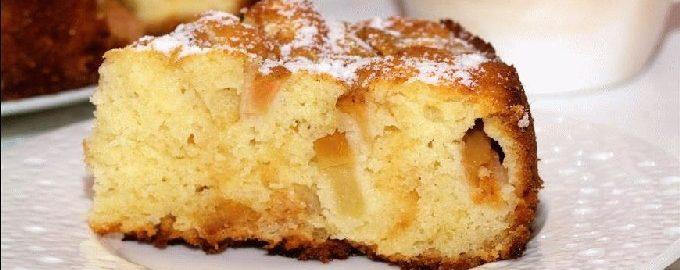 Bujna Charlotte z jabłkami na kefirze w piekarniku