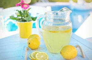 Czy powinieneś rano pić wodę cytrynową?