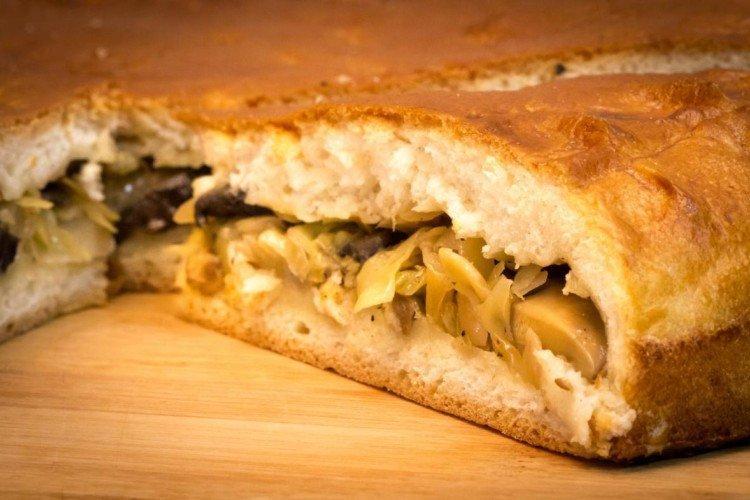 Ciasto z kapustą i marynowanymi grzybami w piekarniku - przepisy kulinarne