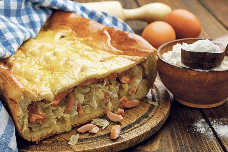 Ciasto z kapustą i wędzonymi kiełbaskami w piekarniku - przepisy kulinarne