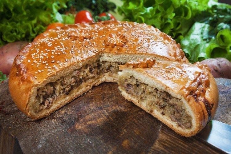 Ciasto z kiszoną kapustą i mięsem mielonym w piekarniku - przepisy