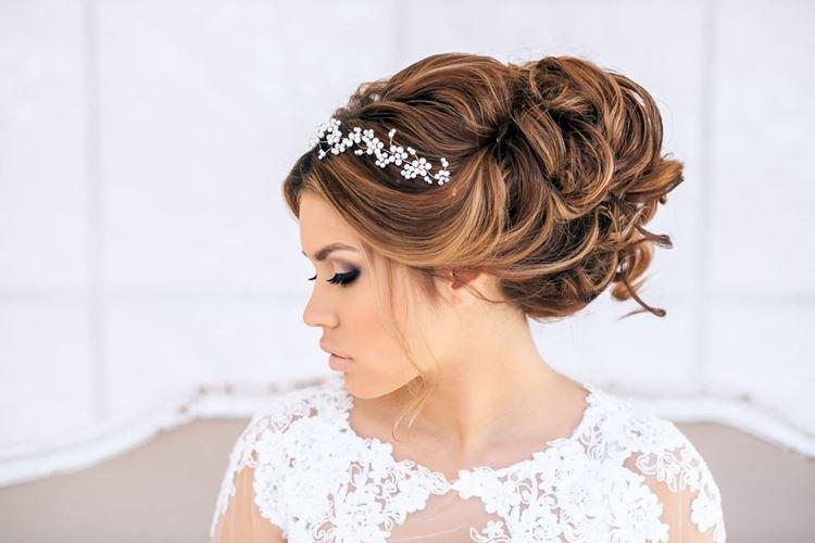 Obszerny klasyk z tiarą - Ślubne fryzury na długie włosy