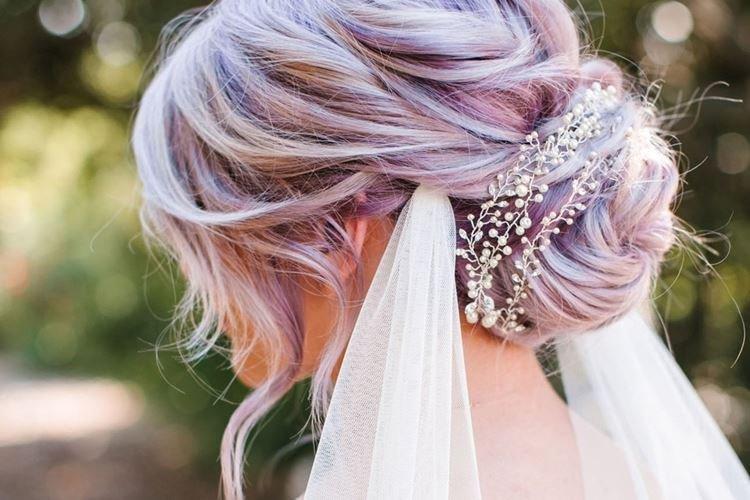 Niezdarny kok z welonem - Ślubne fryzury na długie włosy