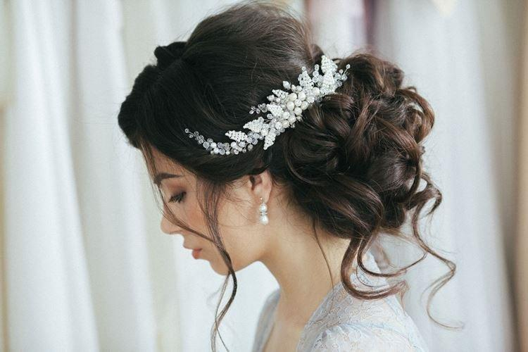 Asymetryczna spinka do włosów - fryzury ślubne dla długich włosów