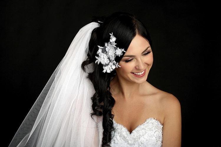 Asymetryczna fryzura z welonem - fryzury ślubne dla długich włosów for