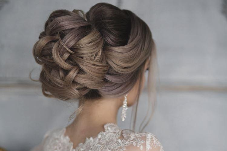 Obszerny kok z cienkimi warkoczami - Ślubne fryzury na długie włosy