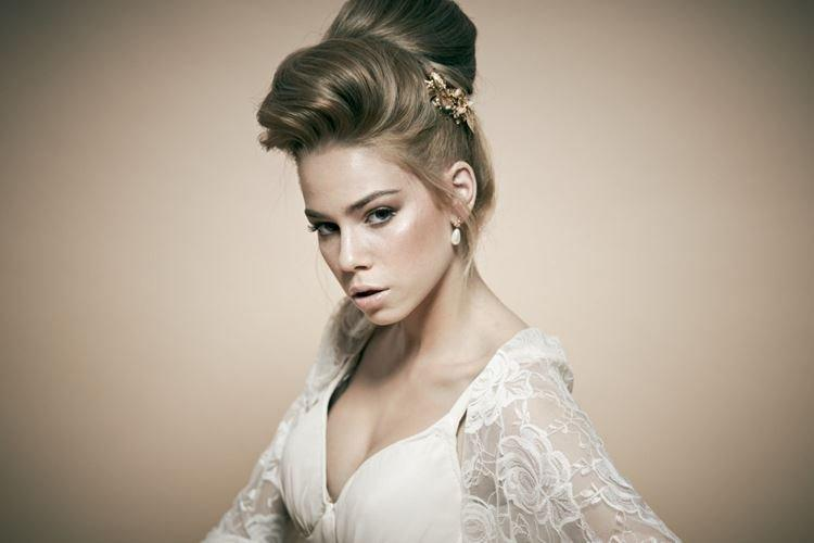 Wysoka fryzura z ogolonymi świątyniami - ślubne fryzury dla długich włosów